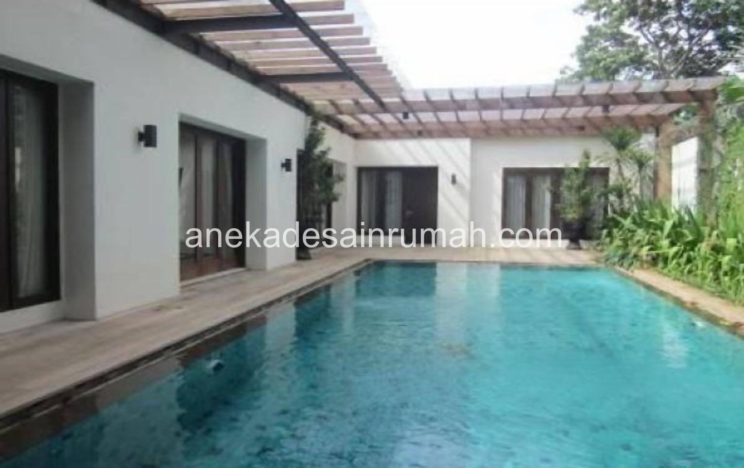 taman belakang rumah dan kolam renang