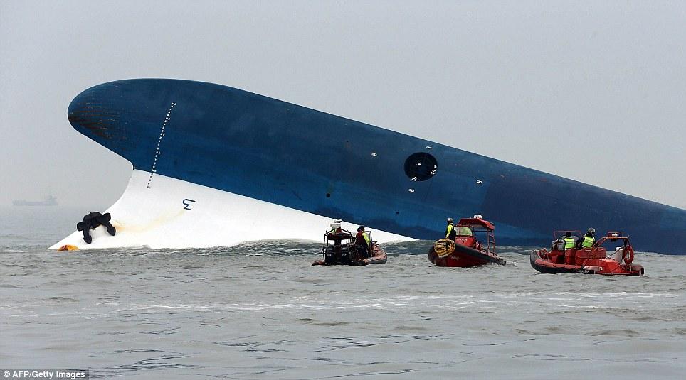 Foto-foto Penyelamatan Korban Tenggelamnya Kapal Ferry
