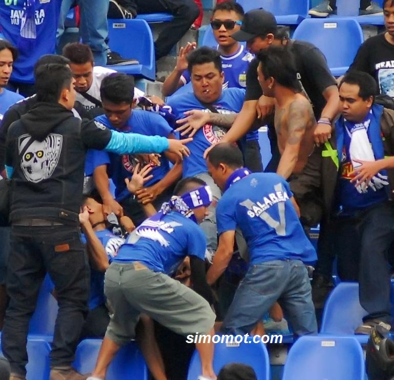 Foto Memalukan Duel Massal Suporter Persib Vs Arema Harusnya