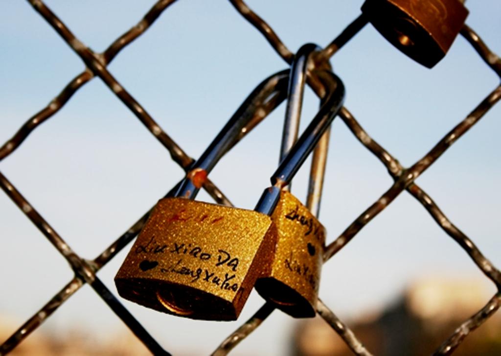 Gembok cinta yang tertulis nama sepasang kekasih. (insidethetravellab.com)