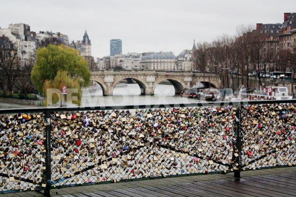 Gembokgembok cinta di jembatan Pont de Arts Paris. (Demotix.com)
