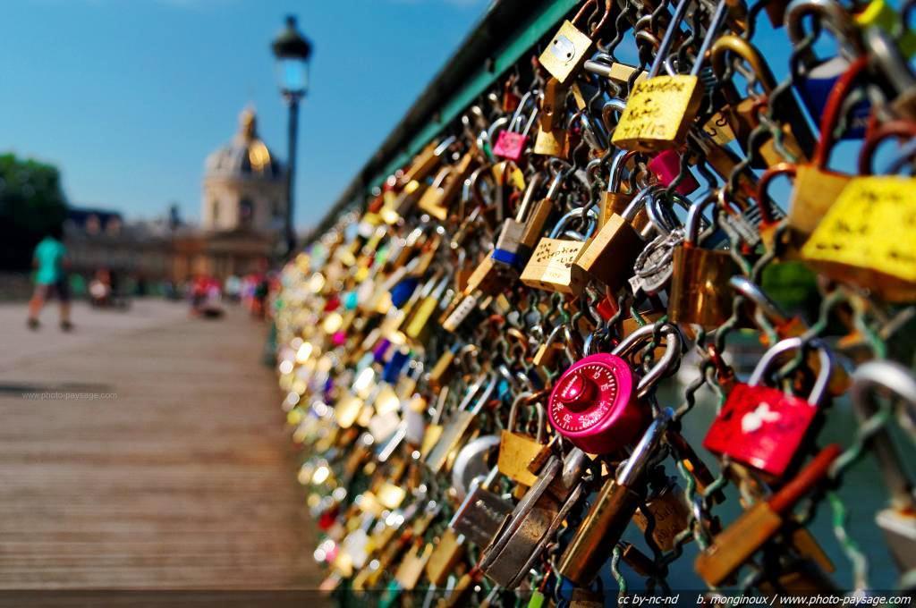 Gembok-gembok cinta yang dipasang di Jembatan Pont de Arts Paris. (expo-paris.fr)