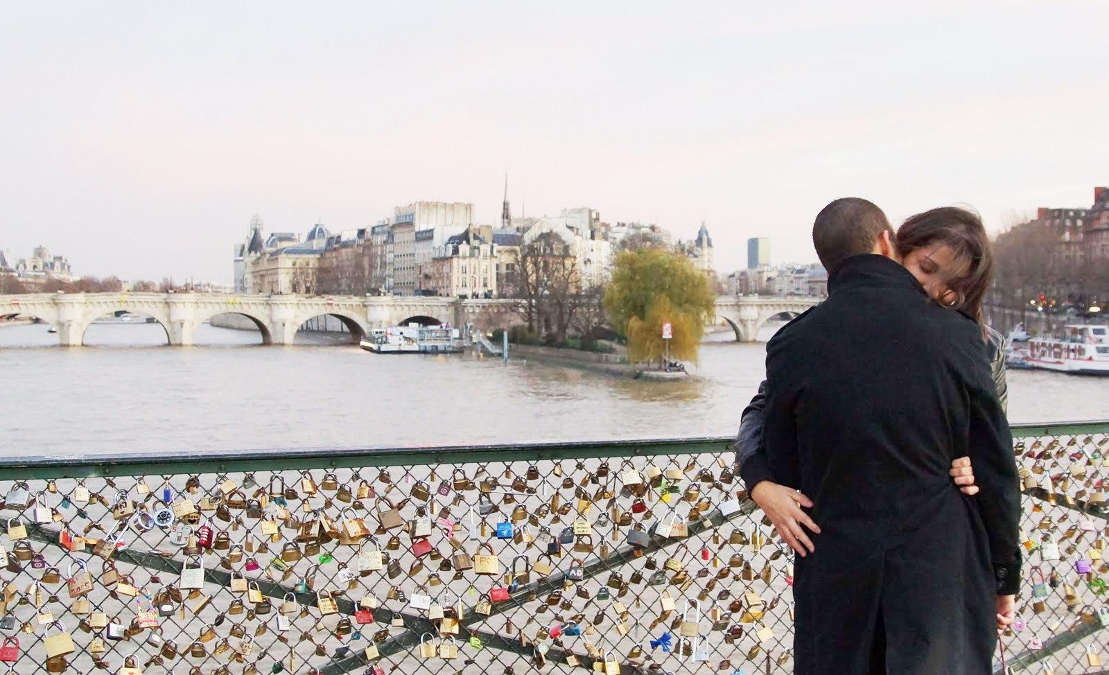 Sepasang kekasih di jembatan Gembok Cinta. (europeaupif.com)