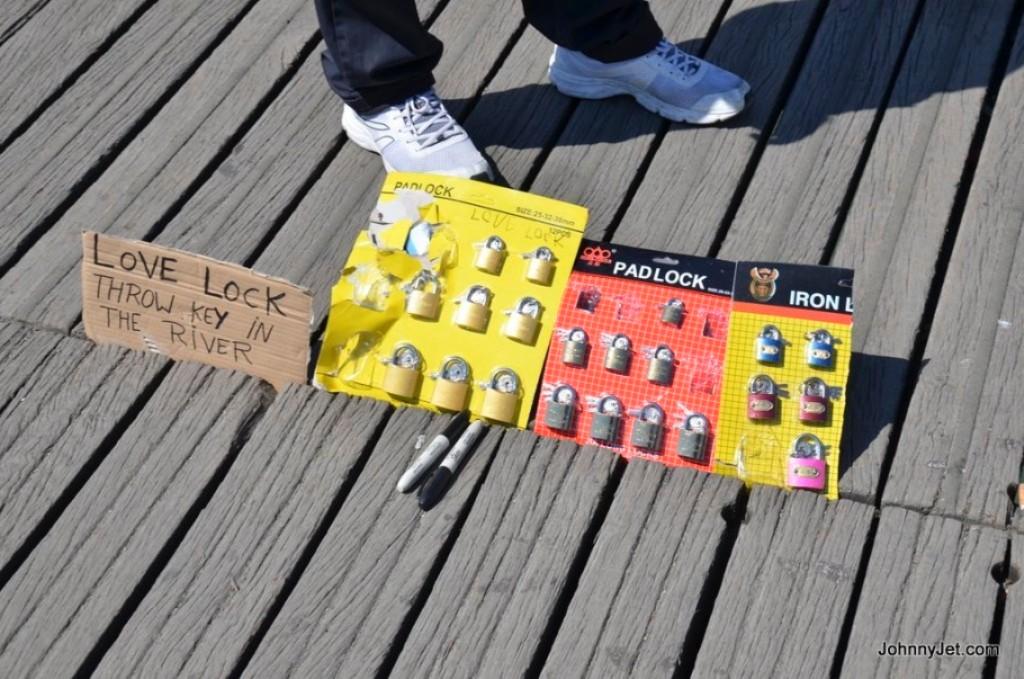 Penjual gembok cinta di jembatan The Pont des Arts Paris. (johnnyjet.com)