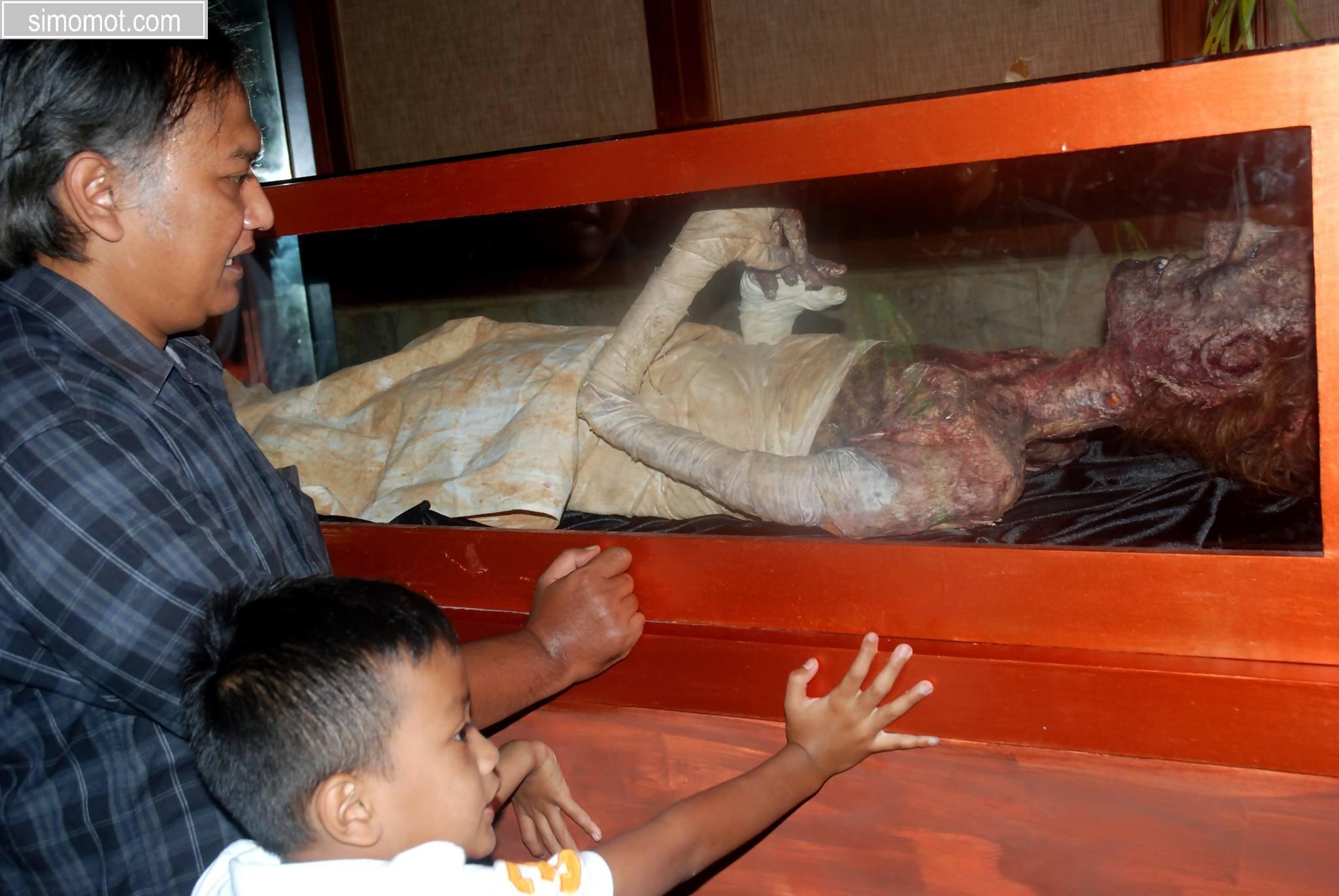 Pengunjung memerhatikan pajangan jasad dari mumi Fir'aun dalam Sarkafagus pada Pameran Mummy Fir'aun Ramses II, di Bandung, Jabar, Sabtu (31/1). Pameran yang berlangsung hingga 5 Februari 2015 ini menyajikan beragam kisah dan sosok raja Fir'aun dan Nabi Musa AS dalam kacamata Islam guna pemahaman serta pembelajaran kepada masyarakat terhadap nilai ke-Islaman sejak dini. ANTARA FOTO/Fahrul Jayadiputra