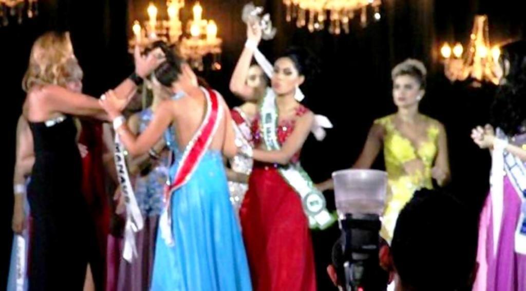 juara dua putri kecantikan ngamuk rampas mahkota pemenang