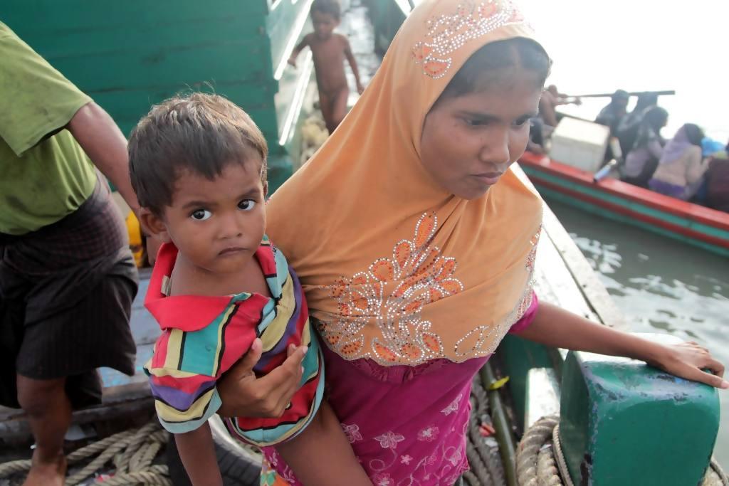 Imigran suku Rohingya dari Myanmar berada di perahu mereka yang terdampar di perairan Desa Simpang Tiga kecamatan Julok, Aceh Timur, Aceh, Rabu (20/5). Sebanyak 400 Imigran itu terdampar dan ditemukan nelayan Aceh sekitar 26 mil dari pesisir pantai Desa Simpang Tiga. ANTARA FOTO/Syifa/
