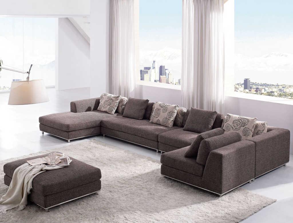 ruang tamu dengan sofa cokelat
